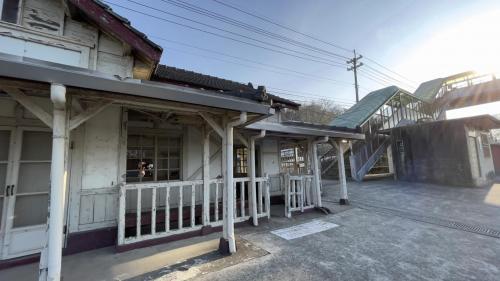 左邊為談文車站站房,右邊為談文車站的心鎖橋