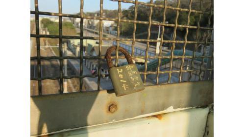 台鐵將談文站月台天橋打造成「心鎖橋」,讓旅客可以在天橋,鎖上象徵愛情、友情或親情的鎖頭。