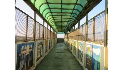 天橋上16幅藝文畫作是由苗栗一所大學的學生以海線為主題的壁畫創作。