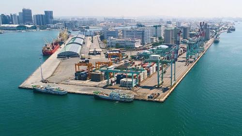 高雄港第一貨櫃中心:位於中島新商港區第40至43號深水碼頭,全長848公尺,裝置有5台貨櫃起重機,陸上貨櫃場地10.6公頃,可儲放貨櫃2500個TEU
