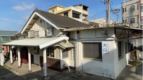 大山車站的三角形屋頂、牛眼窗及Y字型廊柱為海線五寶的共通特色。
