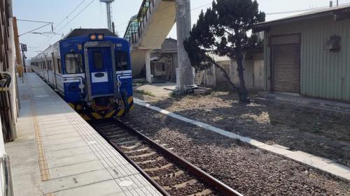 區間車由縱貫線海線大山車站進站