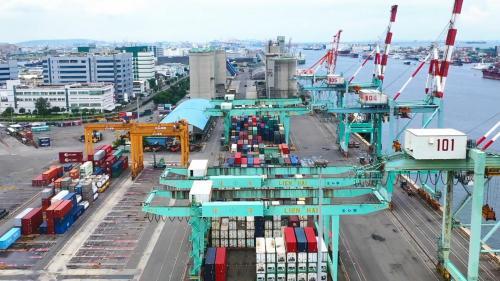 高雄港第一貨櫃中心:裝置有5台貨櫃起重機,陸上貨櫃場地10.6公頃,可儲放貨櫃2500個TEU,位於中島新商港區第40至43號深水碼頭。