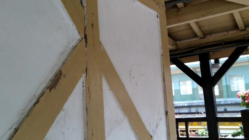 日南車站夯土牆及Y字型廊柱特寫照