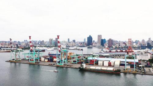 高雄港第一貨櫃中心:裝置有5台貨櫃起重機,陸上貨櫃場地10.6公頃,位於中島新商港區第40至43號深水碼頭。