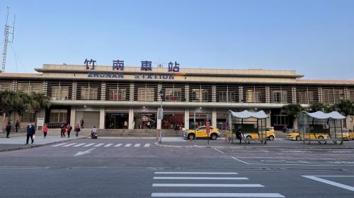 2021年拍攝的竹南車站外觀,為第五代跨站式車站