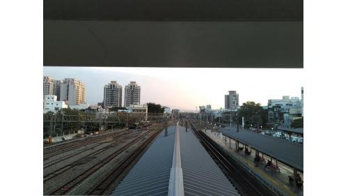 從竹南車站望向鐵軌(北上)俯瞰圖