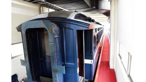日治時期稱御召列車,於1912年建造完成,為當時的嘉仁皇太子所造。該車的車體、裝潢及隔間都以檜木與柚木為原料,都採純手工製造,現今天皇花車已被列管為珍貴歷史資產。
