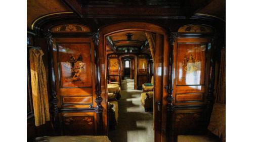 餐室(臥室)連接主室的走廊。左右兩幅為餐室(臥室)內的蝴蝶人飛舞圖騰。