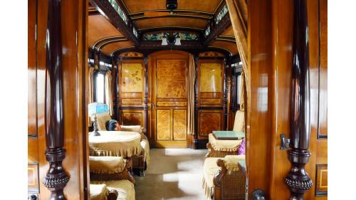 天皇花車的主室內裝,壁板上為知名畫家川端玉章的四季花卉圖