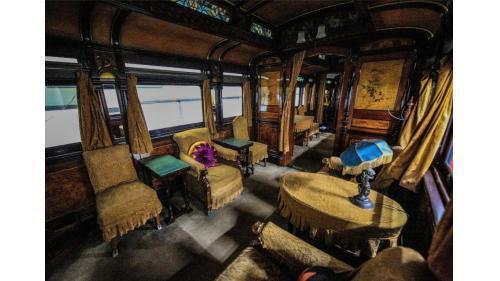 天皇花車主室內的菊花瓣家徽抱枕沙發,左上為知名畫家川端玉章的四季花卉圖。