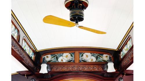 天皇花車裡的木製兩葉式電扇及兒玉菊雕刻
