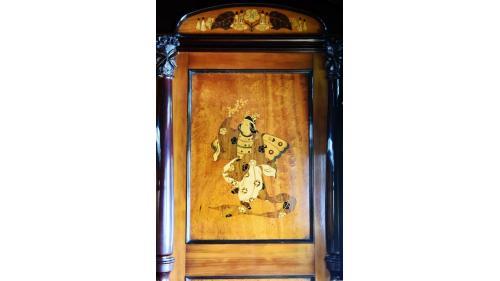 天皇花車餐室(臥室)壁板鑲嵌蝴蝶人飛舞圖騰。
