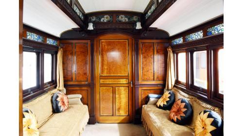 天皇花車次室內裝,左右為菊花瓣家徽抱枕沙發