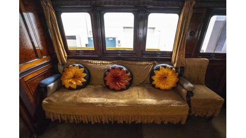 天皇花車次室內的菊花瓣家徽抱枕沙發