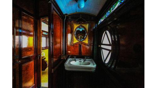 天皇花車廁所內裝