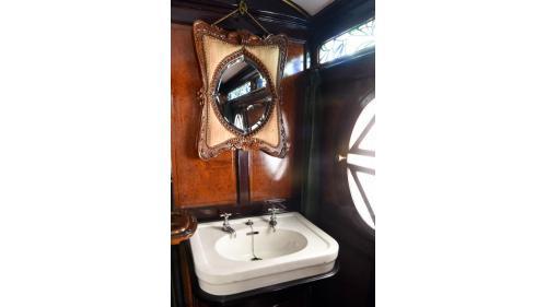 天皇花車廁所內裝,圖為洗手台,上方為蝴蝶造型鏡。