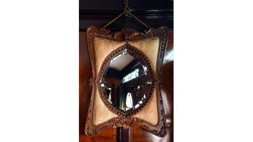天皇花車廁所內的蝴蝶造型鏡。