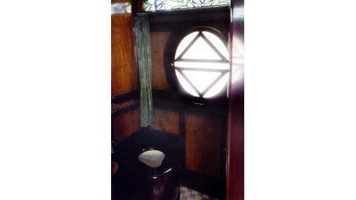 天皇花車內的廁所內裝,左上窗戶為現存唯一台字窗。