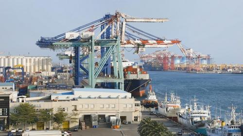 高雄港第三貨櫃中心:興建深水14公尺碼頭,可停靠船長300公尺,排水7萬噸級新型船隻。貨櫃場地60公頃,可填置貨櫃18600個TEU