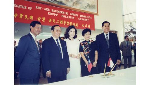 曾元一處長與印尼陸大使夫婦、印尼華僑黃雙安、白嘉莉夫婦合影