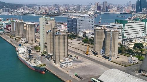 在高雄港中島新商港區的四個萬噸穀倉,水深只能停靠3萬噸級以下船隻