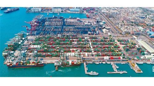高雄港:第五貨櫃中心8座水深14到15公尺的碼頭,位於大仁商港區規劃為74-81號八座,可放貨櫃4萬9000個TEU