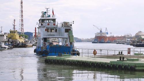 高雄港:旗津與前鎮的渡輪碼頭,解決島上居民的交通問題。