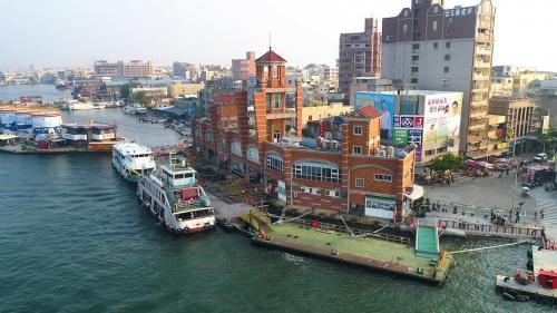 高雄港>旗津渡輪碼頭:第二港口開闢後,旗津中洲一帶更是成為了孤島,因此建設了旗津,與前鎮的渡輪碼頭,解決島上居民的交通問題。