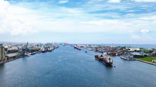 高雄港:1981年興建高雄過港隧道穿越南北主航道,穿過寬440公尺、水深14公尺之主航道,是台灣唯一的水底公路。