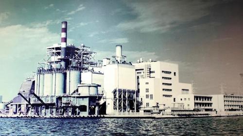 高雄港>南部發電機廠舊機組昔日全貌:1953年台灣電力公司開始進行「電源加速開發計畫」,推動興建南部火力發電廠,發電廠於1955成立,最初是座燃煤火力電廠。