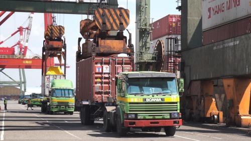 高雄港具有超過120座的碼頭,水陸域面積廣達1萬7千多公頃,年貨物吞吐量高達1.2億噸。