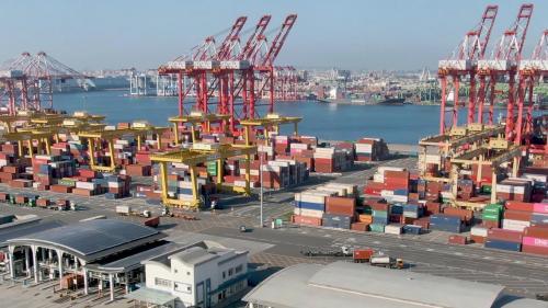 高雄港貨櫃裝卸量也已連續4年超過1000萬TEU,不僅是全台灣最 大的港口,也是亞洲最重要的港口之一。
