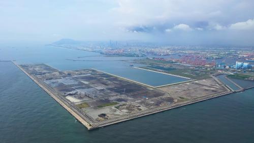 高雄港:洲際貨櫃中心第二期工程計畫  碼頭區總長2.4公里,可停靠2萬2000 TEU以上的超大型貨櫃船