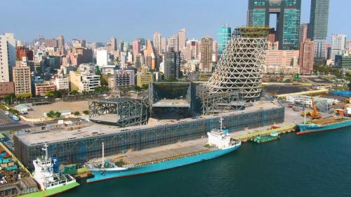 高雄港埠旅運中心:政府正在建設高雄港成為亞太地區的海運轉運中心,建設中的高雄港埠旅運中心,預計2020年即可完工。
