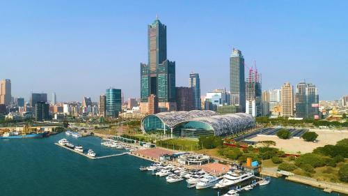 高雄港:港務公司與高雄市政府合作共組的「舊港區開發案」 打造駁二特區為文創、餐飲、展覽以及休閒娛樂的觀光特區。