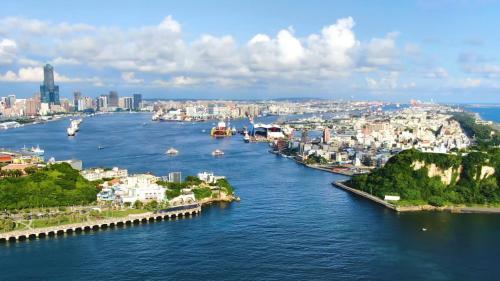 高雄港新面向;高雄港如今已邁入建港110週年,未來隨著洲際二期工程的推進,高雄港埠旅運中心的完工,與蓬萊商港–棧庫商業園區的開發將展開結合商業、文化與觀光的港灣新面向。