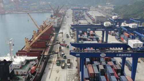 基隆港自1969年起,開始興建第一貨櫃基地