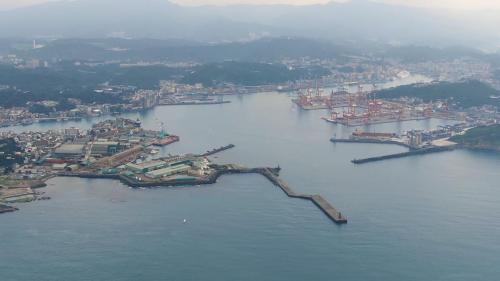 基隆港可提供6萬噸散雜貨輪,近10,000TEU貨櫃以及22.5萬噸級豪華郵輪靠泊,營運量在1980年代到達高峰,到了1984年基隆港更成為世界第七大貨櫃港   註:TEU是20呎貨櫃的單位