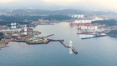 基隆港三面環山北臨東海,非常適合做為通商港埠。在十七至十九世紀是當時列強爭奪的港口。