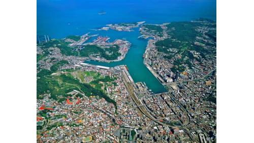 基隆港:至2016年止計有十五座貨櫃碼頭,三十一部橋式起重機,港區東西 兩岸總共興建了各式碼頭56座,碼頭長度超過9000公尺,港域面積 約572公頃