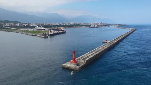因第四期花蓮港擴港工程,原先佇立於東防坡堤的白燈塔因工程所需被迫炸毀,港務局便於現在的東堤盡頭,重建記憶中的燈塔。